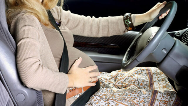 Thắt dây an toàn đúng cách cho bà bầu