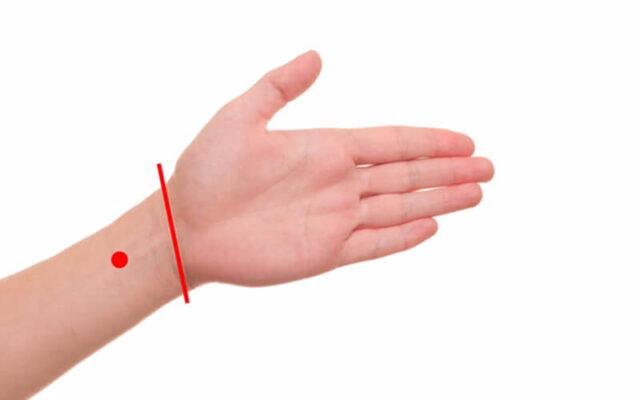 Bấm huyệt tay giúp chống say xe