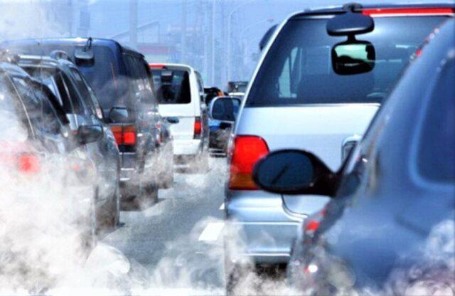Xe ô tô bốc khói trắng