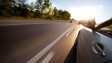 Bỏ túi kinh nghiệm lái xe ô tô an toàn khi đi với tốc độ cao