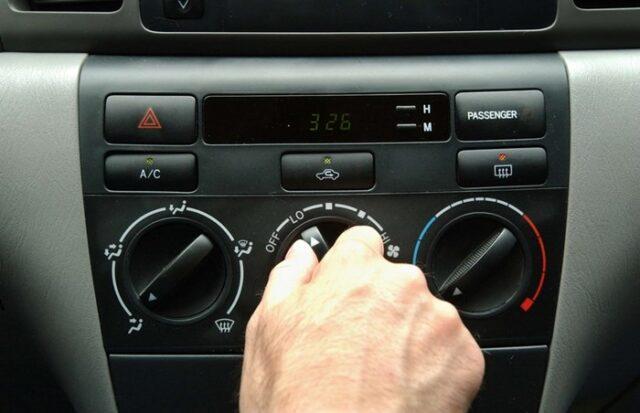 khử sạch hơi ẩm bên trong xe