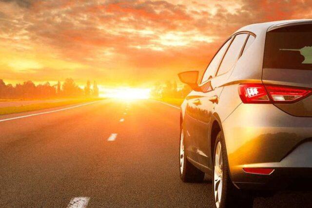 lái xe đường dài dưới trời nắng nóng