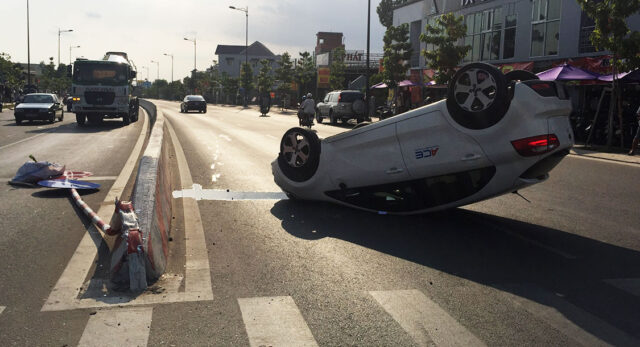 xe ô tô bị lật